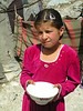 Los niños de las montañas del pamir, ofrecen yogur a cambio de una limosna.