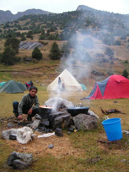 La hoar de la cena. El guía después de pasar todo el día agunatándonos por las montañas, buscaba leña y preparaba con esmero la cena.
