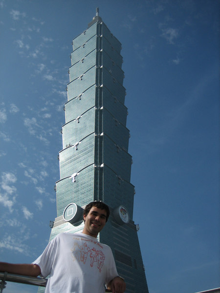 Ric and the impressive building, Taipei 101, the tallest building in the world right now.