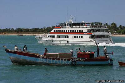 T 01_21 Dar Es Salaam_catamaran naar Zanzibar en vissers