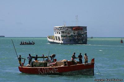 T 01_20 Dar Es Salaam_Veerboot naar Zanzibar en vissers