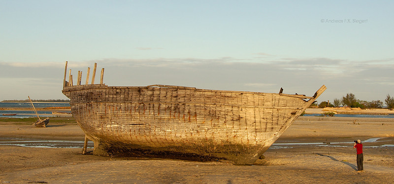 Maua Beach: Peter and the big beached hull