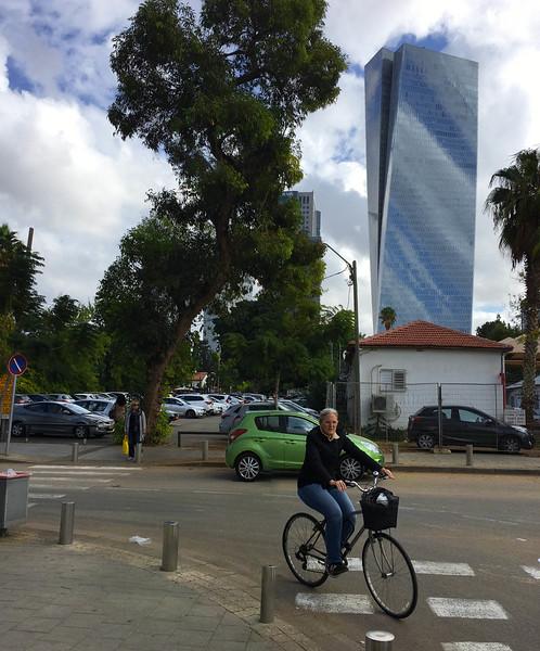 Walking to Tel Aviv Art Museum: Azrieli Sarona Tower