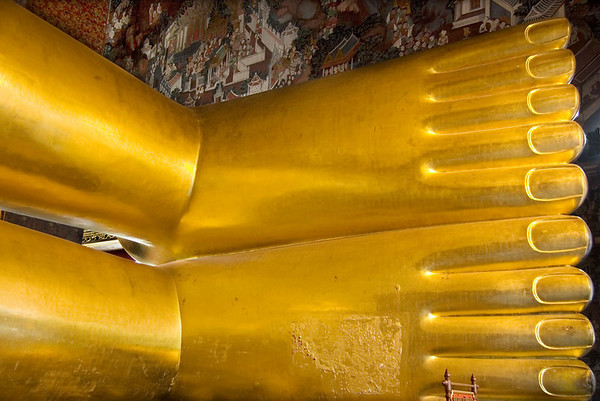 Thai Buddhas are typically portrayed with equal length toes.