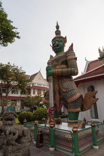 Yak wat Jaeng - A giant stands guard at Wat Arun.