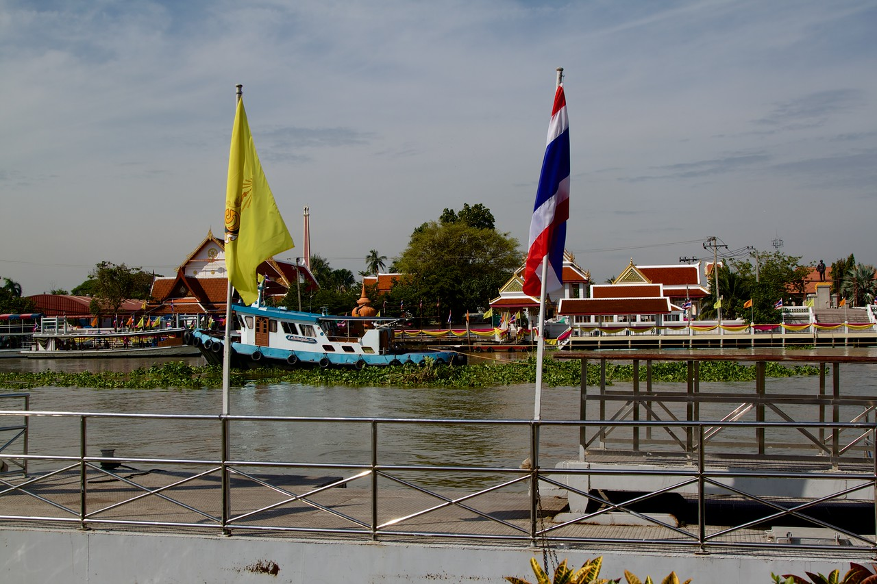 Small tugboat on the river in front of Ko Kret island