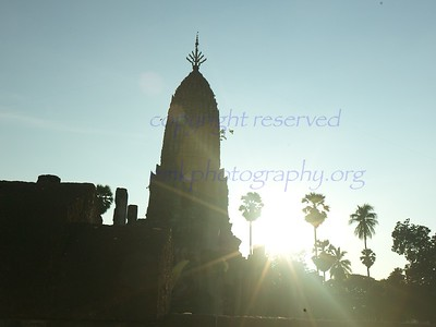 Wat Phra Si Rattana Mahathat Chaliang, as the sun sets.