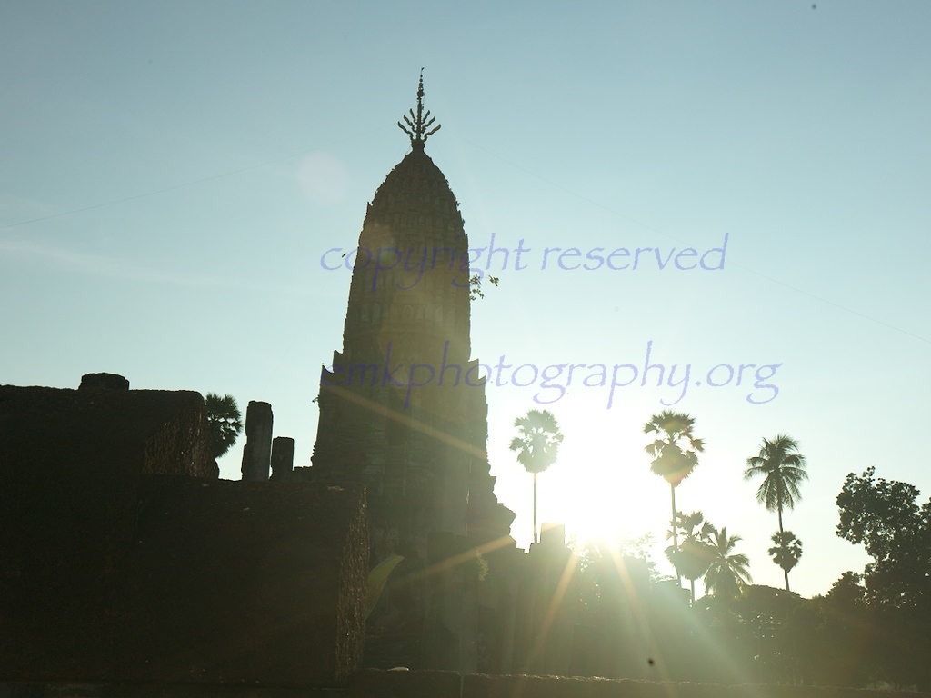 Wat Phra Si Rattana Mahathat Chaliang, as the sun sets.