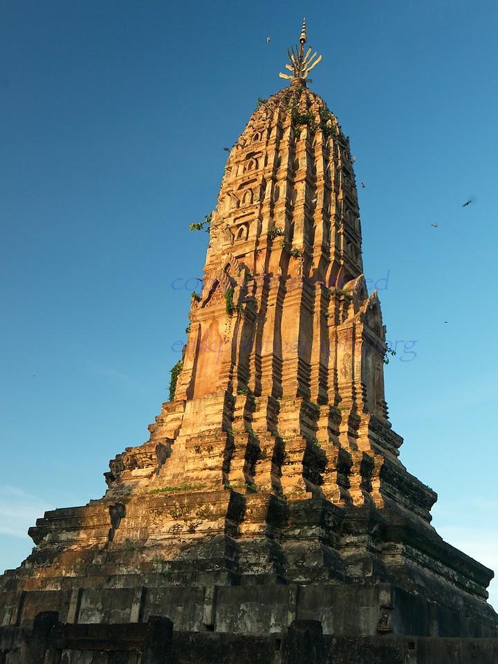 Wat Phra Si Rattana Mahathat Chaliang, as evening comes.