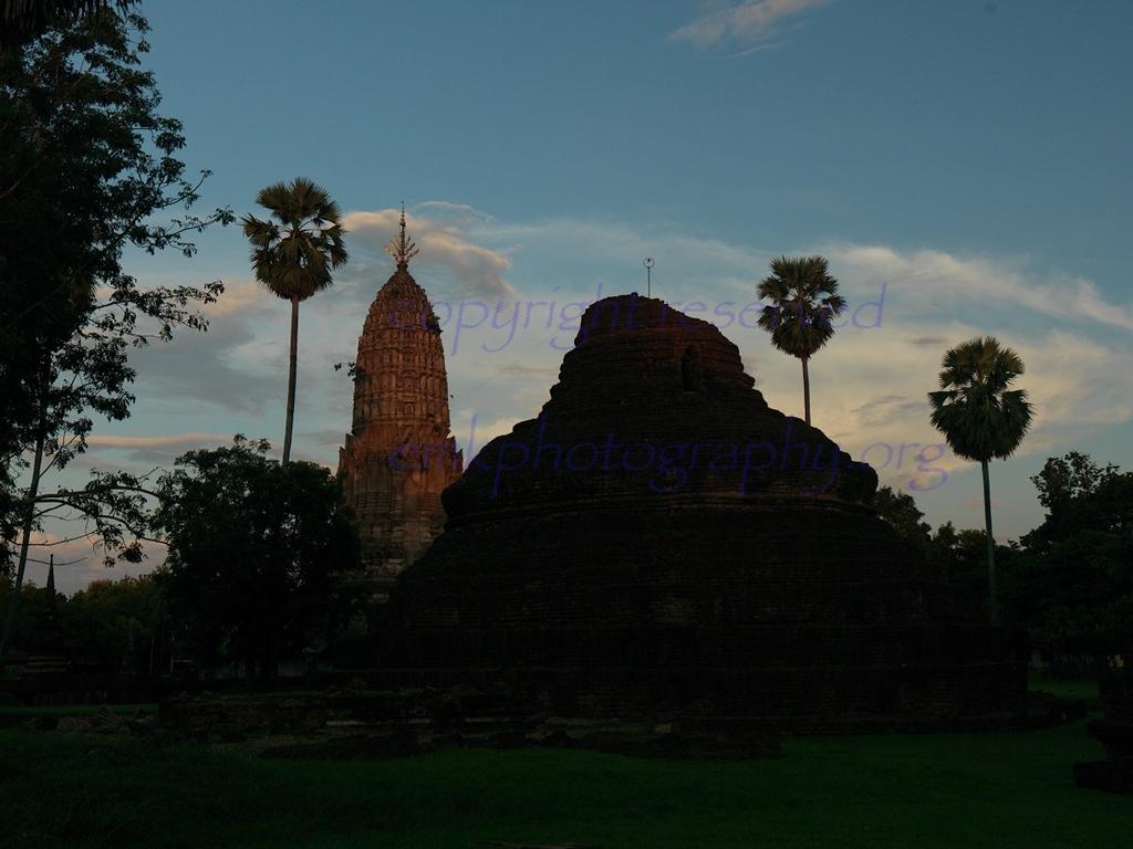 Wat Phra Si Rattana Mahathat Chaliang, at dusk.