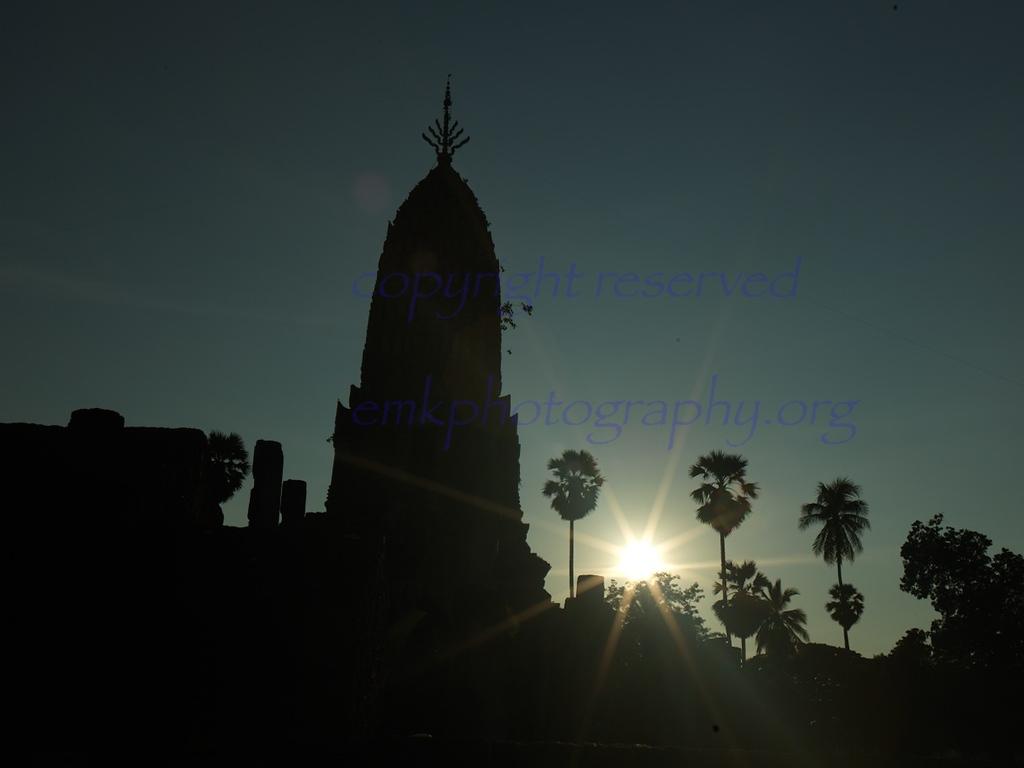 Wat Phra Si Rattana Mahathat Chaliang as the sun sets.