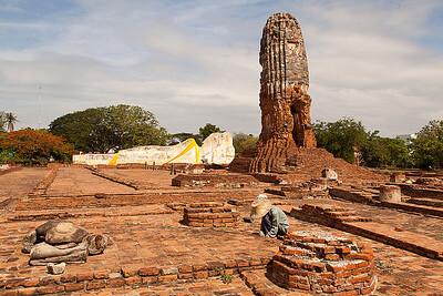 Wat at reclining Buddha - worker