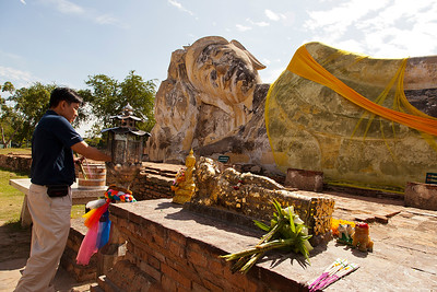 Incense offering at reclining Buddha