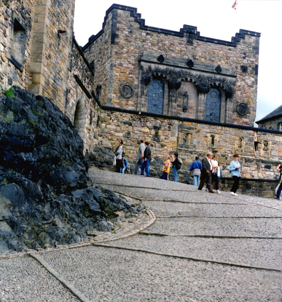 1997-07-25 Up the steep entrance to Edinburgh Castle.