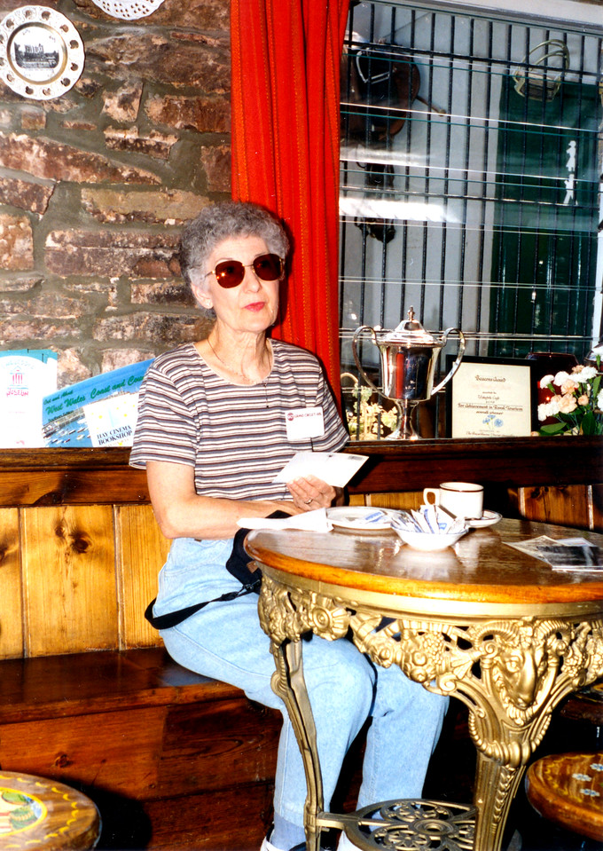 1997-07-21 After the boat ride we had tea and cakes, and Betty had time for postcards.