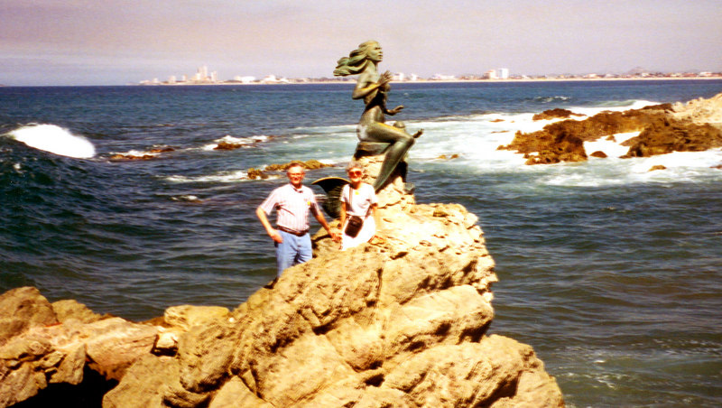 1999-02-17 06 Statue of a mermaid and child on the peninsula around Mazatlan.