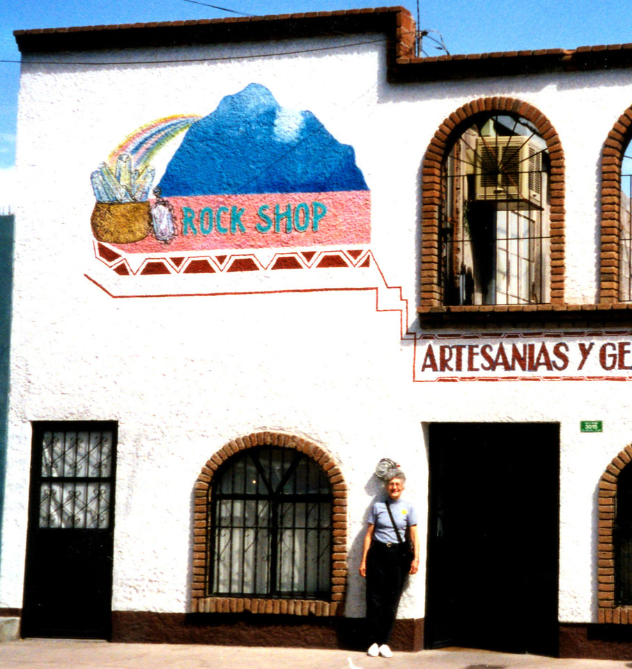 1999-02-21 19  Across the street from the Villa Museum, this Silver and Rock Shop.  Betty bought a sterling silver thimble.