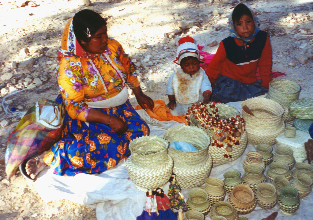 1999-02-19 13 Along the canyon Indian ladies and children had their wares for sale.
