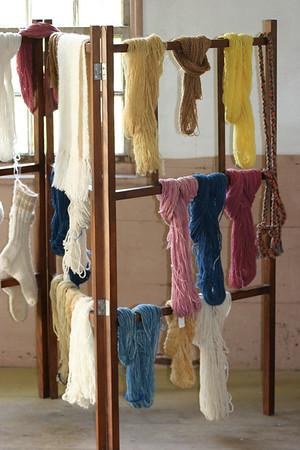 Shaker yarn drying rack
