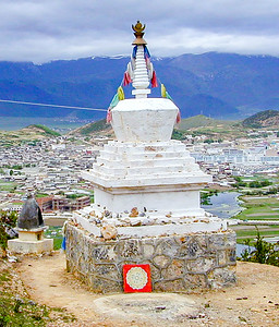 Stupa overlooking the town of Shangri-La (Zdongdian) in Yunnan, Cina.