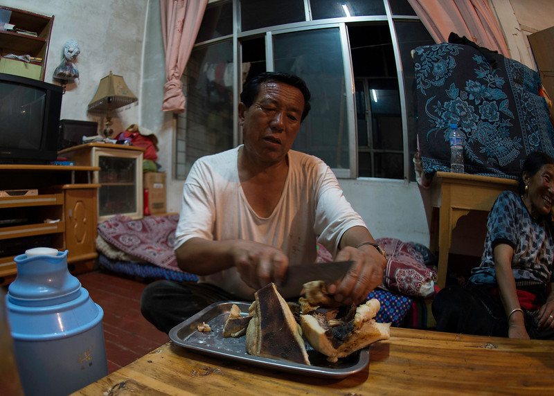 Gongpa ta cutting off some meat