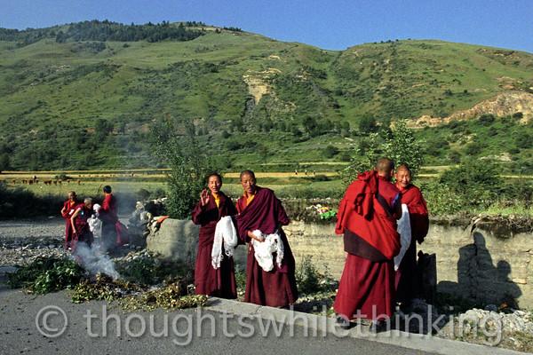 Tibet 2006 Ganze to Tagong nuns burning juniper Aug 9