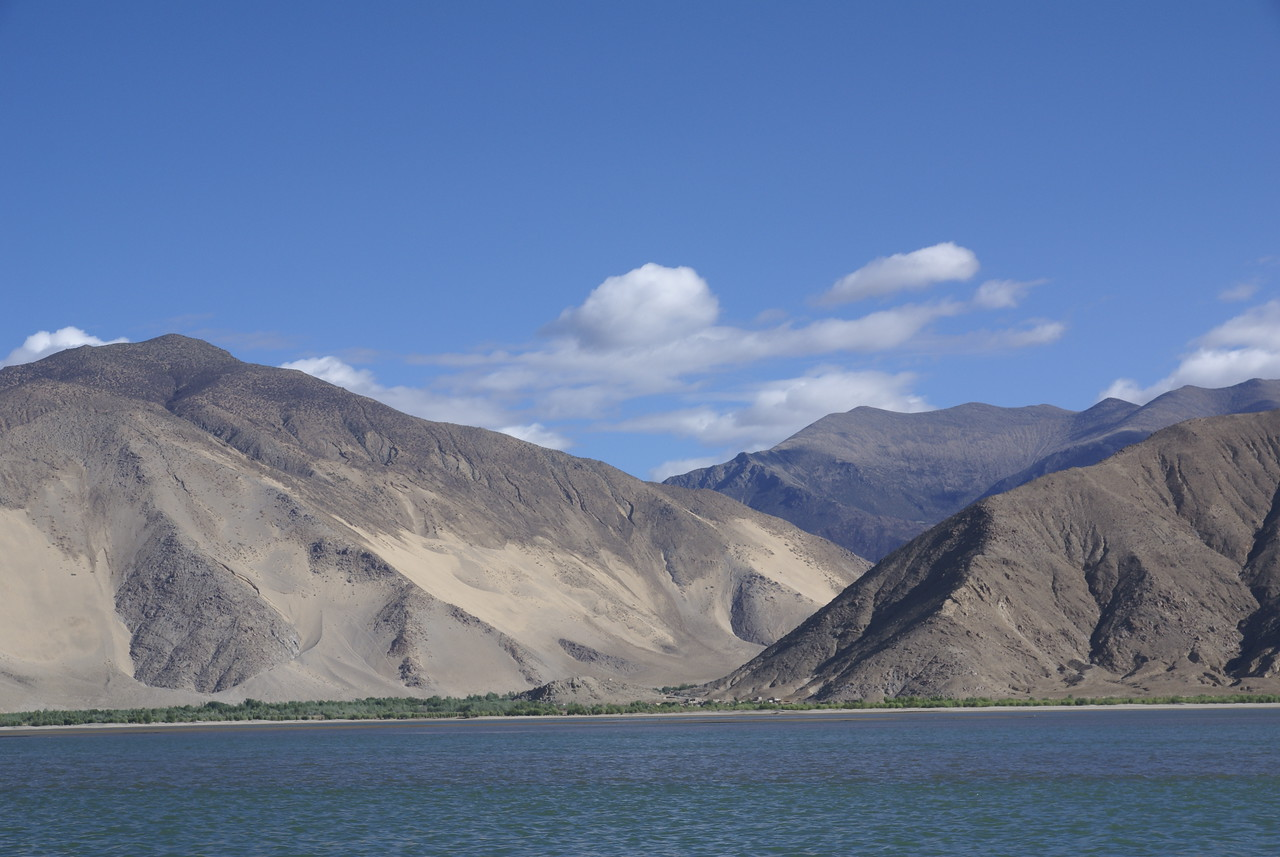 Mountains with sand piles along Yarlung.