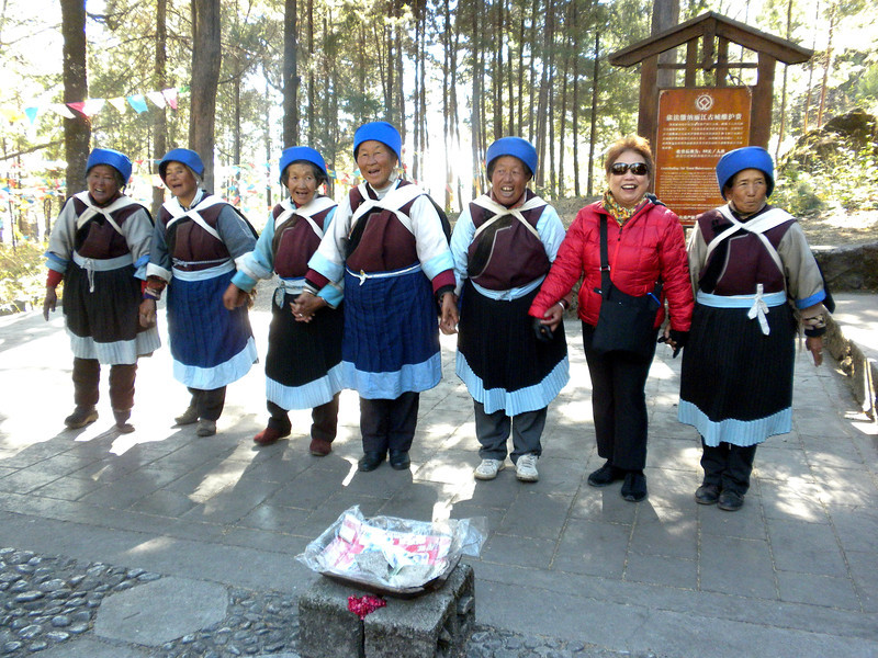 Lijiang (麗江) - These elderly ladies were singing native songs to entertain tourists, joined by Beverly..