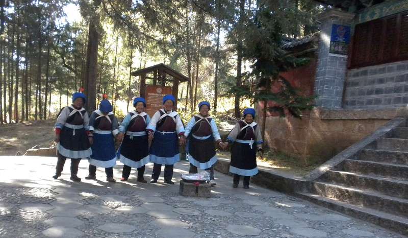 Lijiang (麗江) - These elderly ladies were singing native songs to entertain tourists.