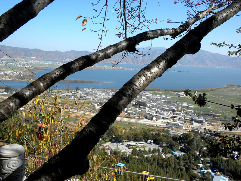 Dali (大理) - The city of Dali and the beautiful fresh water lake 珥海, as viewed from the peak where the cable car terminal is located. .