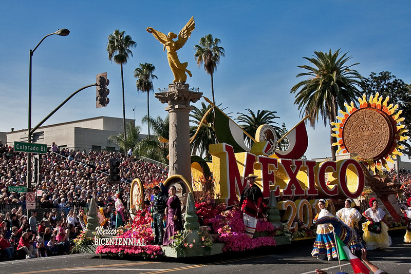 "The float celebrating Mexico's Bi-Centennial.  A gold ""Angel of Independence is depicted""."