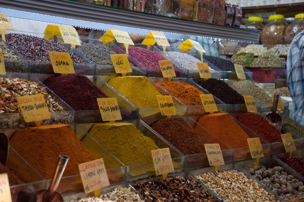 Warning: Ahead you may encounter obligatory photos of colorful spice piles.