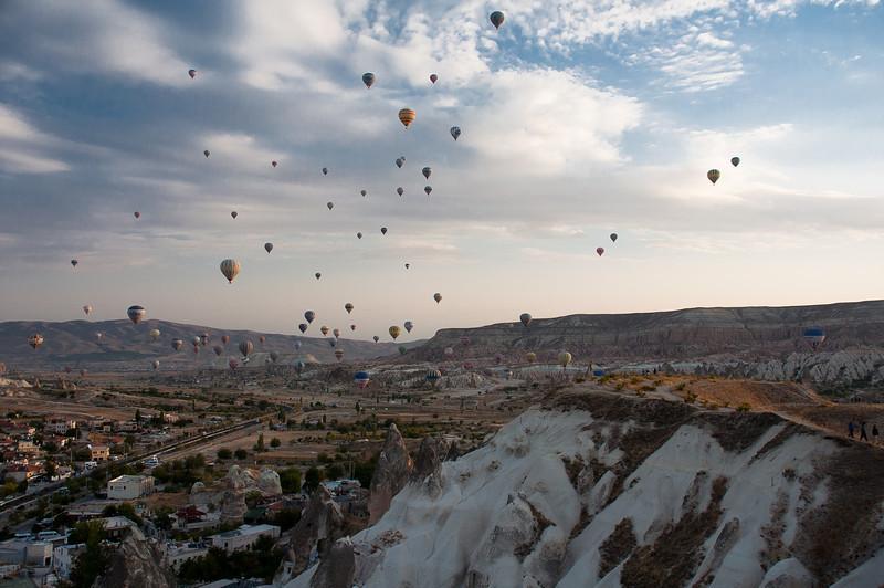 Eet Eeeesht Baahhhhhlooooooooooonnss! Second morning of Balloon risings. Oona counted over a hundred.