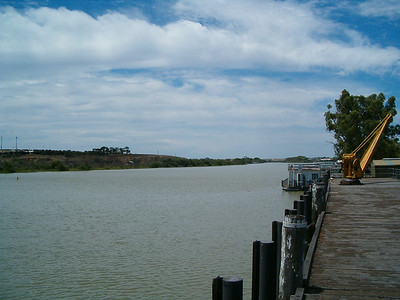 The lack of an estuary means that shipping cannot enter the Murray from the sea.