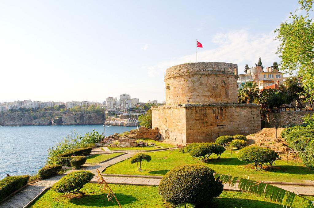 Zona histórica de Antalya<br /> A torre Hıdırlık (Hıdırlık Kulesi), em Antália, uma construção possivelmente helénica restaurada no século II d.C. e posteriormente pelos seljúcidas e otomanos.
