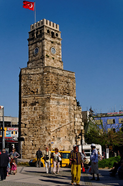 Zona histórica de Antalya<br /> -----<br /> Sahat Kulesi (The Clock tower), situated in Kalekapisi Square, was once part of the ancient city fortifications. Today it marks the main entrance to Kaleiçi.