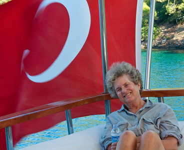 Ellen in the shadow of the Turkish flag