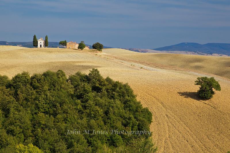 Capella Santa Maria di Vitaleta, a small chapel in the beautiful farmland of Tuscany's Val d'Orcia, Siena, Italy
