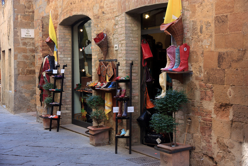 We browsed in some of the boutiques and enotecas. . .