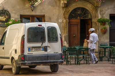 Fresh bread being delivered to our favourite restaurant in Pienza
