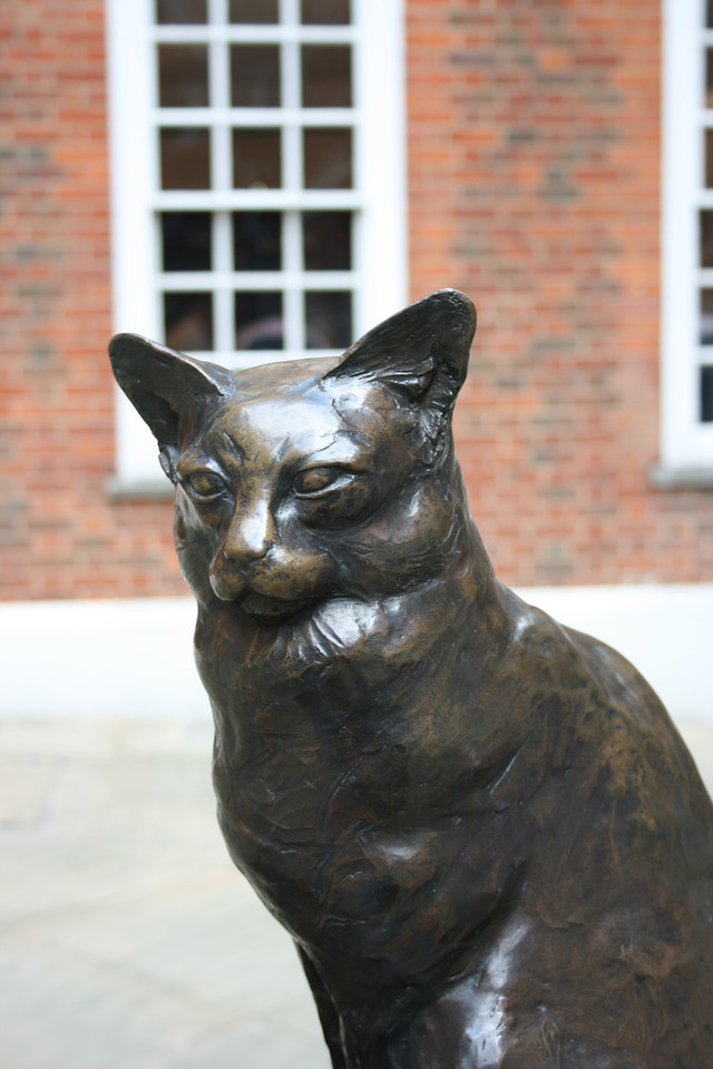 This is a statue of the cat that belonged to Samuel Johnson, creator of the first English dictionary.