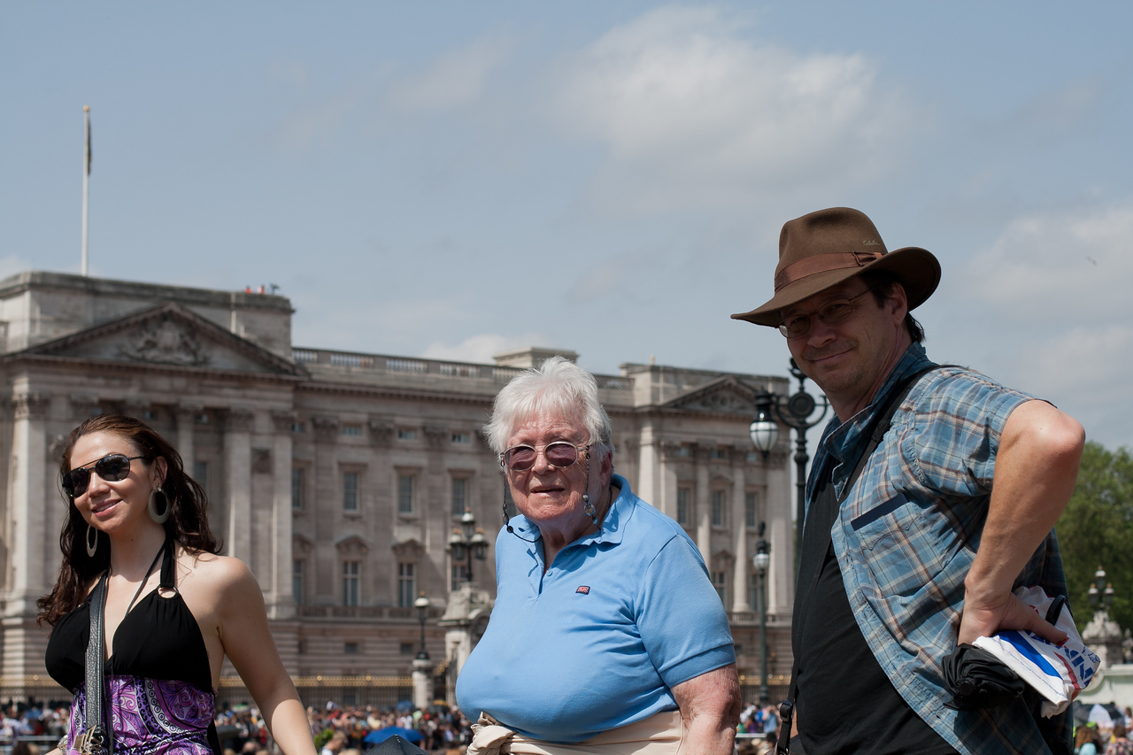 28 June 2012: Patrick and Thelma and some random woman who walked into the picture to pose in front of Buckingham Palace.