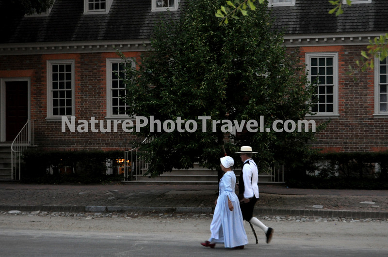 Colonial Williamsburg: Interpreters out for a dinner stroll!