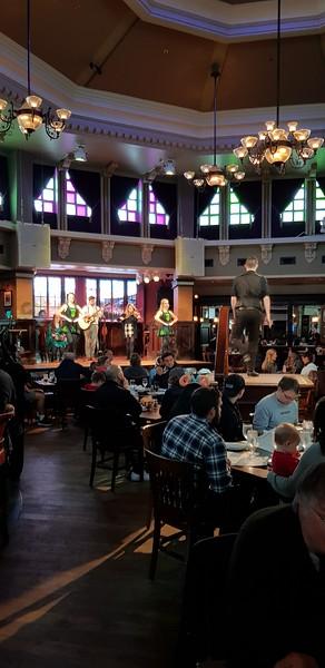 Irsk pub med tradisjonell dans...