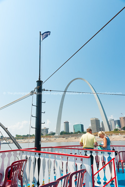 Tourists on the Tom Sawyer paddlesteamer with St Louis Gateway Arch in background. St Louis, architecture, river and bridges Missouri,USA.