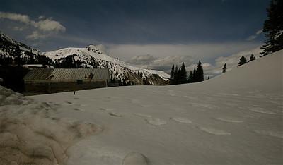 Mijnhuisjes in meters sneeuw aan de Million Dollar Highway. Colorado, USA.