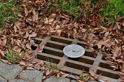 Таким знаком обозначаются сточные канализации, вода из которых попадает в залив