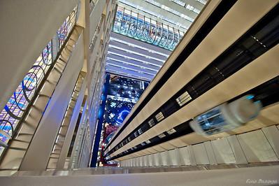 отель внутри - суперскоростные лифты до 46 этажа, рестораны внизу на 8 и фтитнес зал на 26 этажах