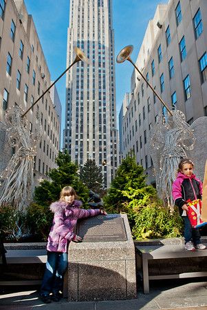 на фоне Рокфеллер центра, где стоит главная елка страны