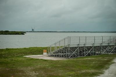 Галлерея для наблюдения за стартами. Является самой ближней с которой могут наблюдать не специалисты НАСА. На дальнем плане стартовая площадка